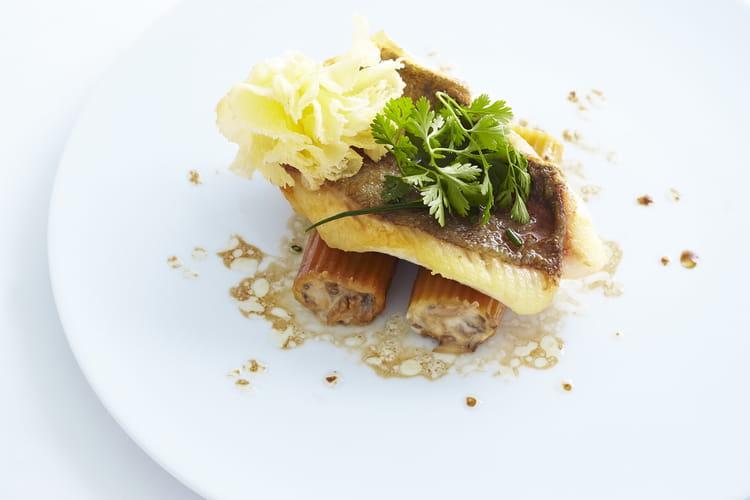 Filet de Saint-Pierre rôti sur la peau, gros macaronis farcis aux champignons et tête de moine AOP