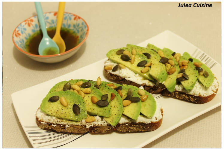 Avocado Toast : avocats, chèvre frais, et graines