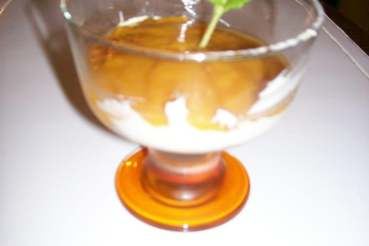 Crème à la banane surmontée d'un coulis de mangue