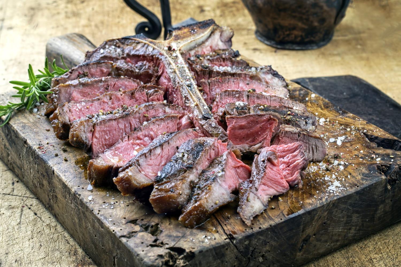 Comment cuire une côte de bœuf au barbecue?
