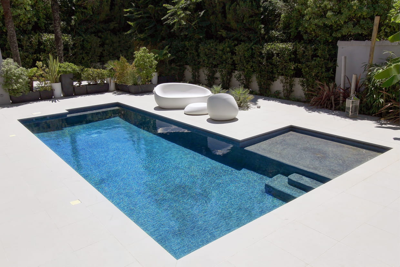 piscine citadine inf rieure 30 m de forme angulaire troph e d 39 or. Black Bedroom Furniture Sets. Home Design Ideas