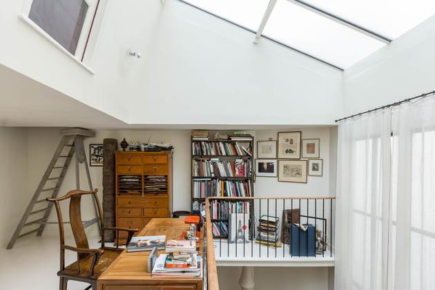 Un bureau sous une verrière de toit