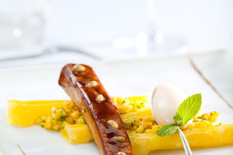Grillade de foie gras acidulé au fruit de la passion, tartare de mangue et sorbet litchi
