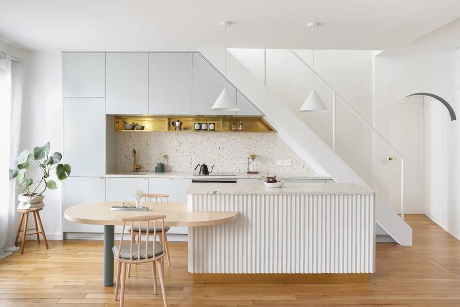 Une cuisine immaculée sous l'escalier