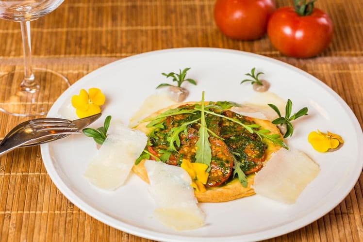 Tarte fine aux tomates cocktail, pesto et parmesan