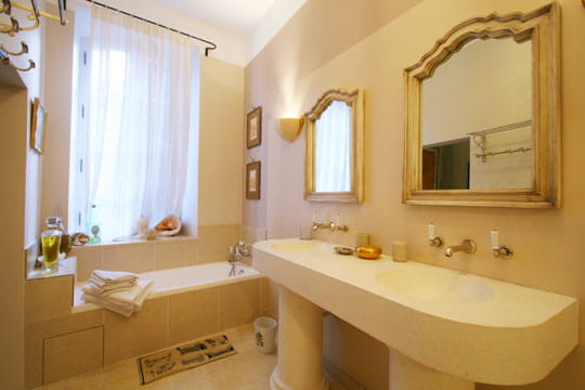 Une salle de bains très théâtrale