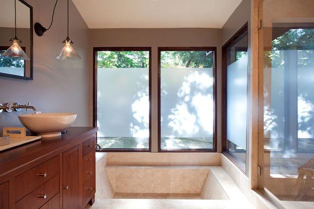 Une baignoire design dans la salle de bains