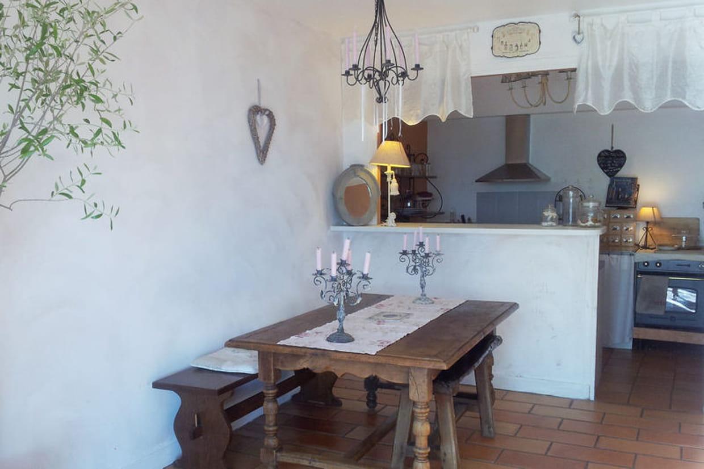une salle manger rustique. Black Bedroom Furniture Sets. Home Design Ideas