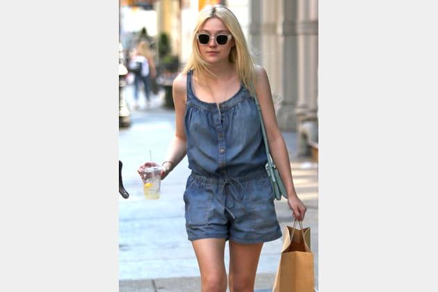 Dakota Fanning, cool en combishort en jean