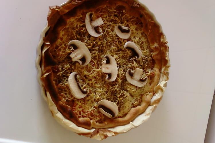 Pizza au thon, champignons et gruyère