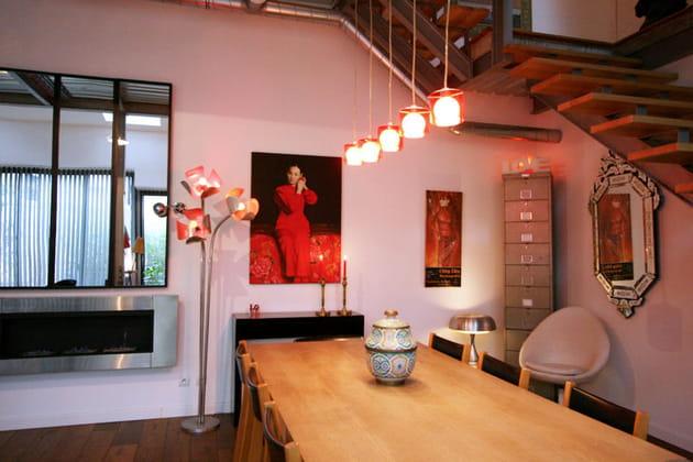 Une salle à manger rouge-orangée