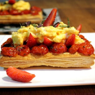 tarte fine aux oeufs brouillés, fraises fraîches et tomates confites