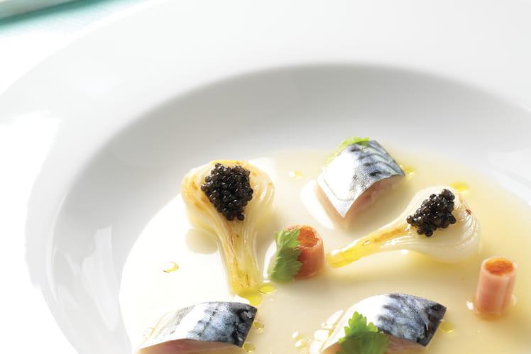 Maquereau poché, caviar Akitania Nouvelle Récolte, oignon nouveau, bouillon de tomate et céleri