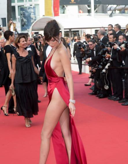 Bella Hadid constate qu'elle a oublié de mettre une culotte