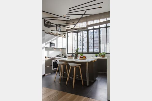 Du gris et du blanc pour une cuisine aux accents industriels