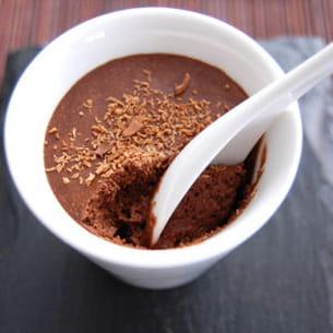 mousse au chocolat, éclats de fèves torréfiées
