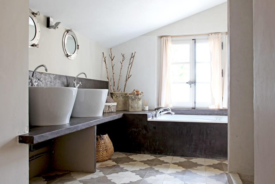 Béton ciré brun chocolat dans la salle de bains