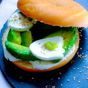 bagel avocat mozzarella sésame et wasabi