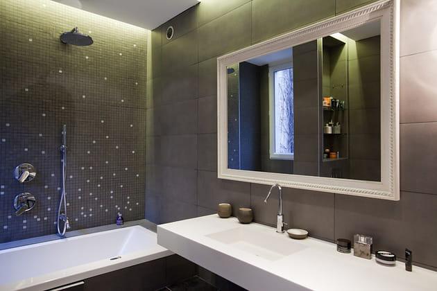 Une salle de bains anthracite