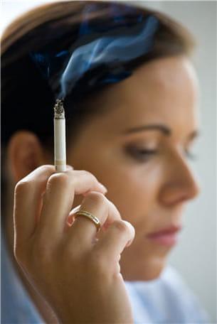 la fumée de cigarette est remplie d'agents cancérigènes qui pénètrent dans le