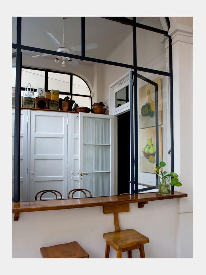 fen tre sur cour la cuisine avec verri re mi ouverte mi ferm e journal des femmes. Black Bedroom Furniture Sets. Home Design Ideas