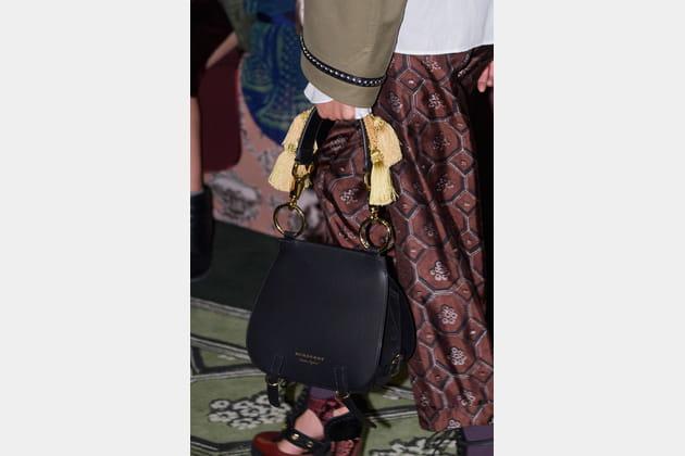 Le sac selle à pompons du défilé Burberry