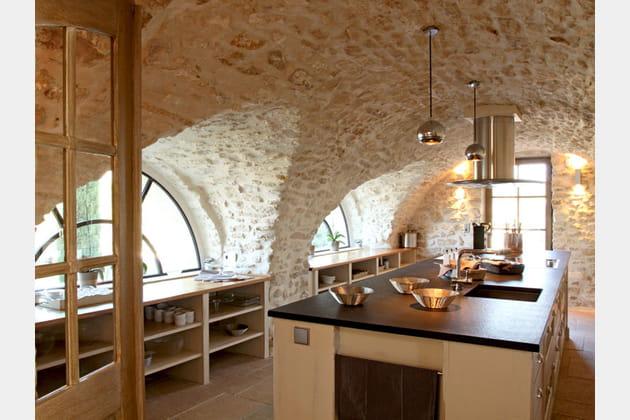 Une cuisine sous d'élégantes voûtes en pierre