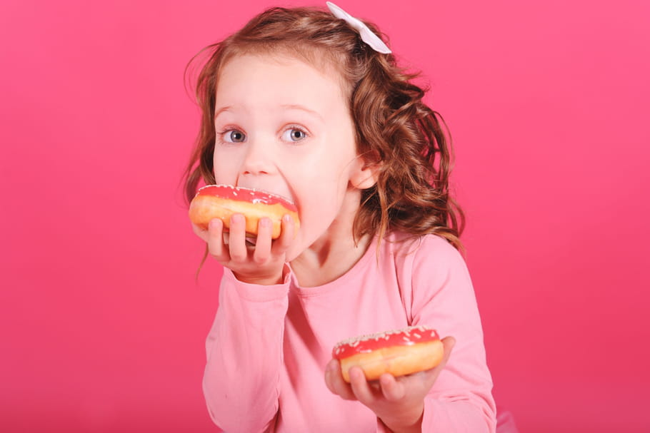 Les enfants mangent trop de sucres: les aliments à bannir