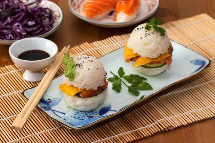 Sushi burger au saumon et à la mangue