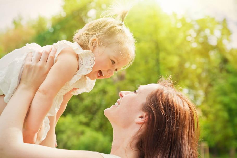 Regarder son bébé dans les yeux facilite l'apprentissage