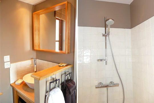 une salle de bains chaleureuse. Black Bedroom Furniture Sets. Home Design Ideas