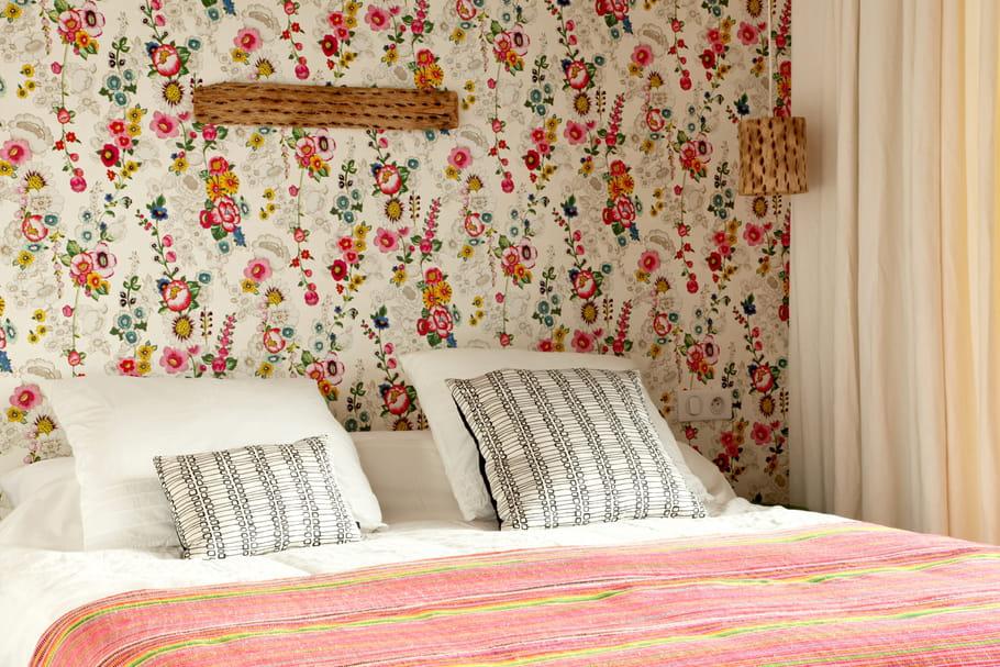 T te de lit papier peint 65 id es originales pour - Papier peint pour tete de lit ...