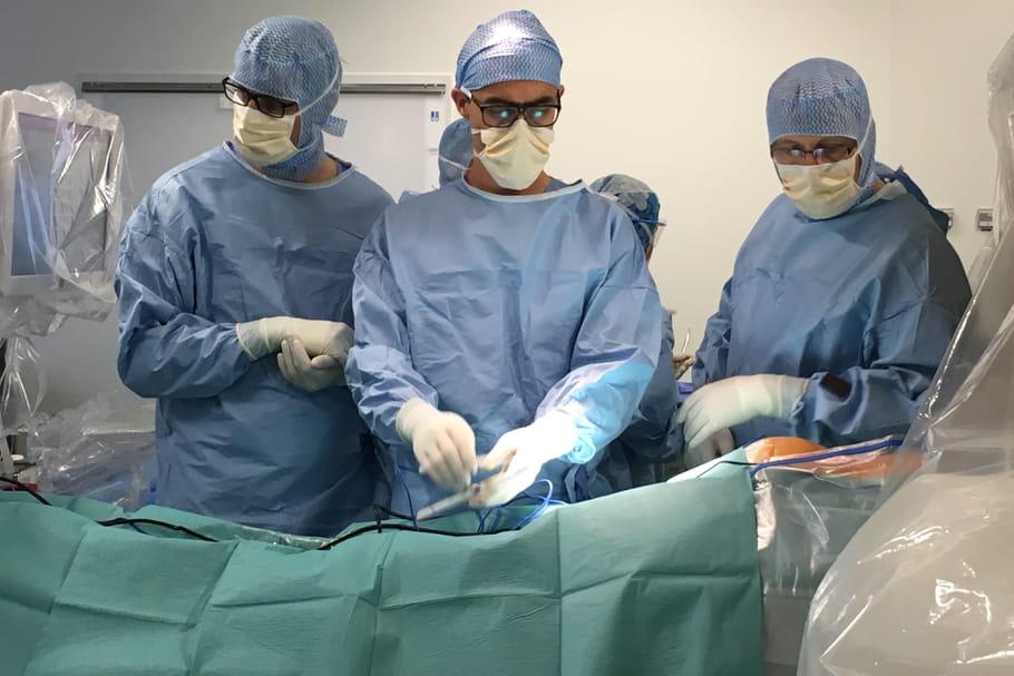 Un enfant atteint d'une scoliose grave, opéré à l'aide d'un robot