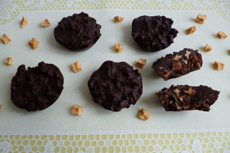 Bouchées au chocolat noir avec pommes séchées et flakes de blé complet