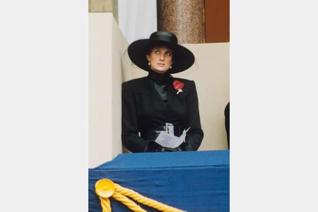 Lady Di en manteau noir et coquelicot