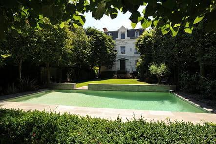 Une piscine des plus verdoyantes