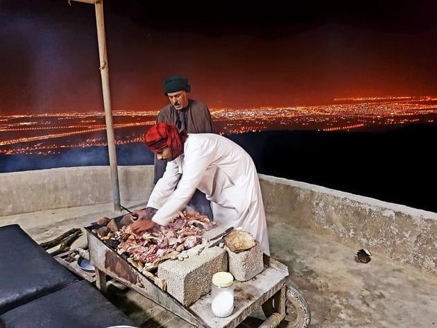 Chameau et chèvre grillés au menu du dîner traditionnel