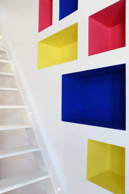 Des spots le long des marches dans l'escalier