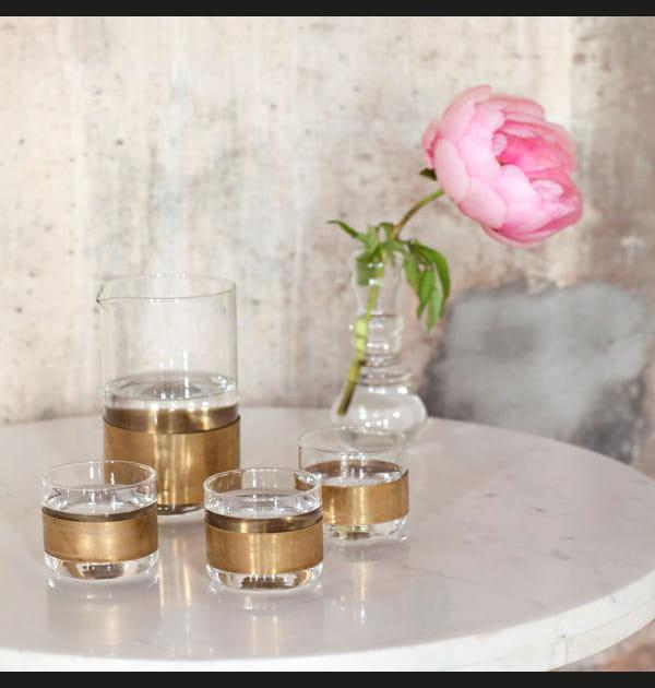 Carafe et gobelets en verre et cuivre chez Maison Aimable
