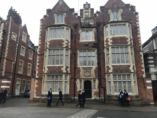Devant l'Eton College