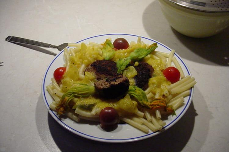 Macaronis à la sauce de tomates jaunes