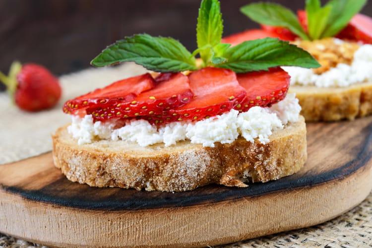 Toast au fromage de chèvre et fraises