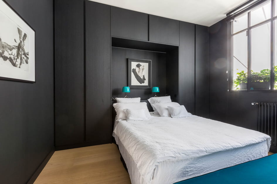Chambre noire et linge de lit blanc