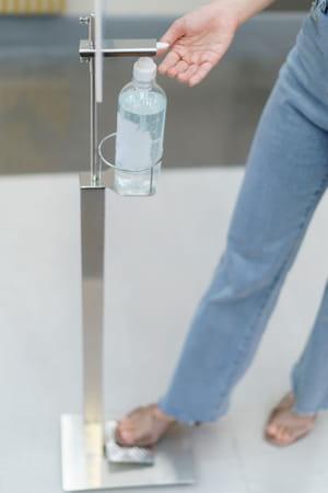 Distributeur de gel hydro-alcoolique à pieds