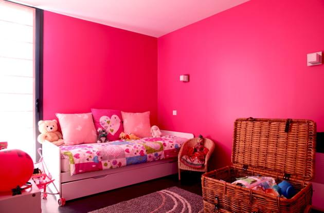 Une chambre de fille rose fluo