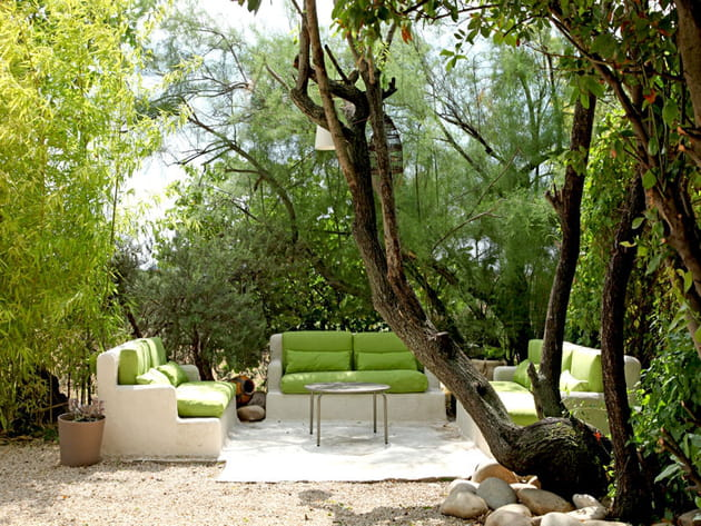 Un salon de jardin en pierre