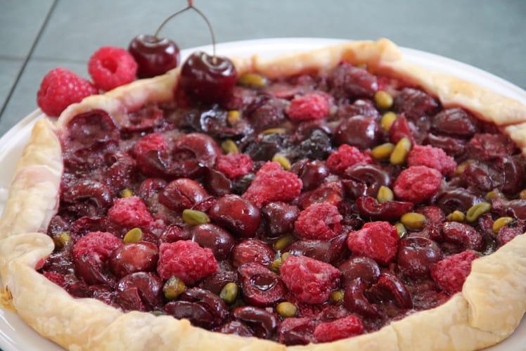 Tarte rustique rapide aux cerises, framboises et pistaches