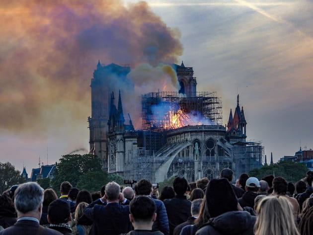 Carla Bruni, Garou, Laurence Boccolini... pleurent Notre-Dame de Paris