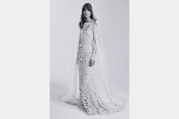 Une robe de mariée en guipure