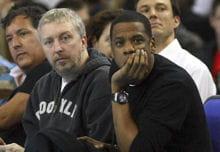 jay-z (à droite) assiste à un match des new jersey nets en2008 à londres.